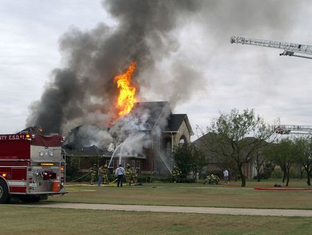 house on fire: Los bomberos que respondieron al fuego casa  Foto de archivo