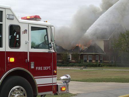 house on fire: Cami�n de bomberos con casa en llamas.