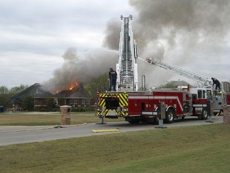 porgere: Lotta contro il fuoco di una casa
