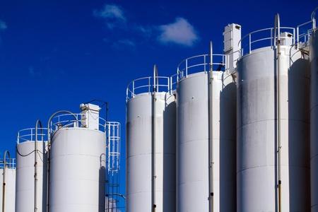 refiner�a de petr�leo: Almacenamiento de gaz blanco sobre el fondo de cielo azul