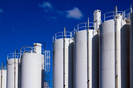 cisterne: Bianco di stoccaggio gas sullo sfondo del cielo azzurro Archivio Fotografico