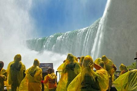 horseshoe falls: Tourists at the Horseshoe Fall, Niagara Falls, Ontario, Canada