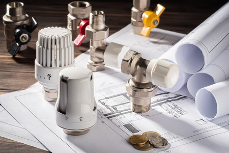Thermostaatkraan voor radiatorverwarming Muntgeld notitieblok voor inzendingen Verwarmingsproject Boiler room house Warmtevoorziening Gebouwconcept van energiebesparing en -besparing om te betalen voor openbare dienstverlening.