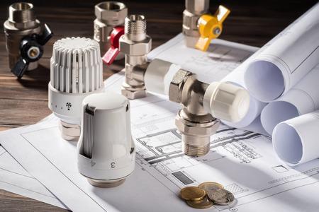 Thermostatkopfventil für Heizkörpermünze Münzgeldblock für Einträge Heizungsprojekt Heizraumhaus Heizungsversorgungsgebäude Konzept der Energieeinsparung und -einsparung zur Bezahlung des öffentlichen Dienstes.