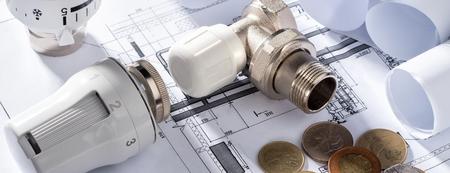Válvula de cabeza termostática para calentador de radiador Moneda Bloc de notas de dinero para entradas Proyecto de calefacción Casa de sala de calderas Edificio de suministro de calor Concepto de ahorro y conservación de energía para pagar el servicio público.