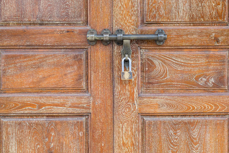 puertas de hierro: Antiguo candado en puerta de madera vieja. Foto de archivo