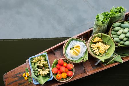 bateau: Fruits dans le bateau, marché flottant, Thaïlande.