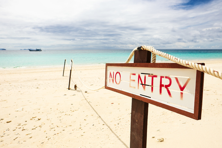 No entry sign on the beach. 版權商用圖片