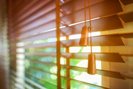 太陽の光と木のブラインド。 写真素材