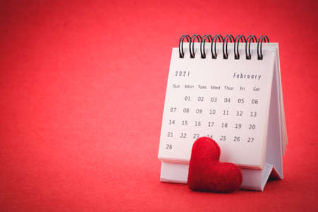 February Calendar 2021 page and red heart on red background , Valentine's Day Concept. Imagens - 166063047