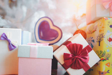 Gift boxes with a ribbon bow on the table. Imagens