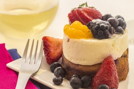 mascarpone: Mascarpone cheesecake with strawberries, blueberries, rasberries and orange