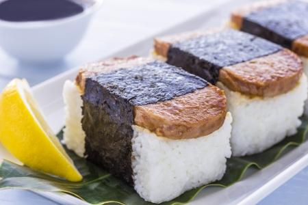processed food: Comune cucina hawaiana di spam, riso e nori (alghe) Archivio Fotografico