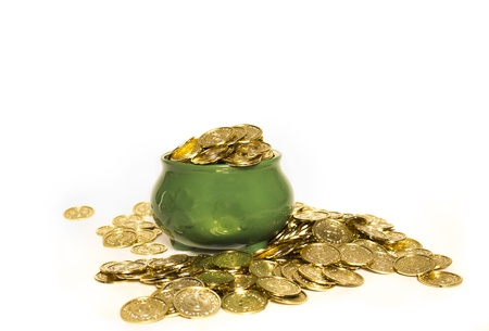 buena suerte: Una olla verde con los tr�boles llenas de monedas de oro aisladas en blanco Foto de archivo