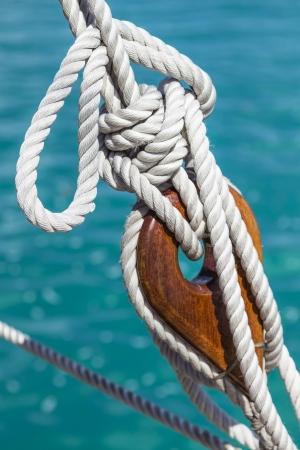 A deadeye madera con la cuerda en un velero