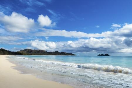 Schöne Waimanalo und Balg-Strand mit dem Koolau Berge und Mokulua Inseln in der Ferne Standard-Bild - 21049280