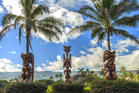 Three wooden Polynesian tiki carvings on Oahu, Hawaii Archivio Fotografico