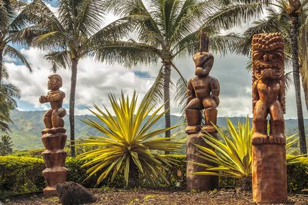 hawaiana: Tres tallas de madera del tiki polinesio en Oahu, Hawaii Foto de archivo