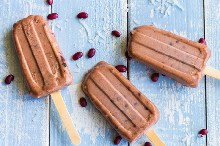 Hawaiian ice pops made with shaved coconut and sweetened adzuki beans Archivio Fotografico