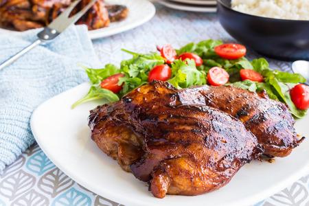 hawaiana: Muslos de pollo sin hueso a la parrilla marinado y bañados en una mezcla de guayaba mermelada shoyu salsa de ostras y los condimentos