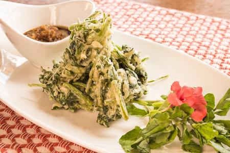 berros: Berros frescos sumergido en tempura maltratada y frito Foto de archivo
