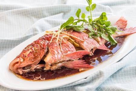 plato de pescado: El pescado entero al vapor y servido con salsa Foto de archivo