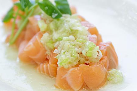berro: empuje de salmón cubierto con una salsa de cebolla verde
