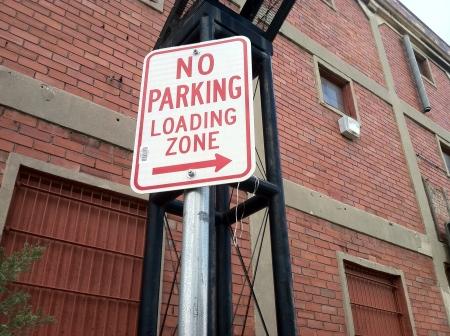 no parking: Aucun signe de stationnement avec les lettres rouges. Banque d'images