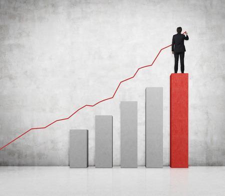 crecimiento: empresario de pie en silla grande y dibujar flecha