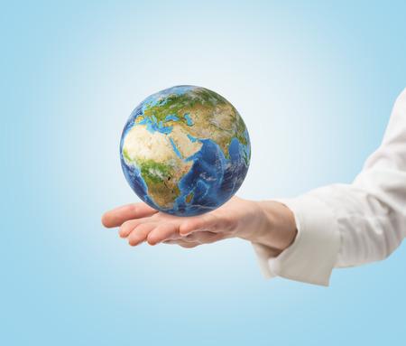 mundo manos: Mano con el planeta. Los elementos de esta imagen proporcionada por la NASA