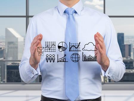 zakenman die grafieken en diagrammen in de hand