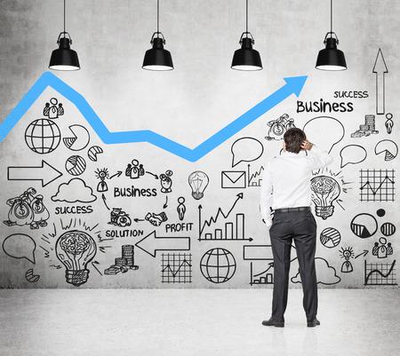 crecimiento: hombre de negocios mirando a la elaboraci�n de esquema en la pared