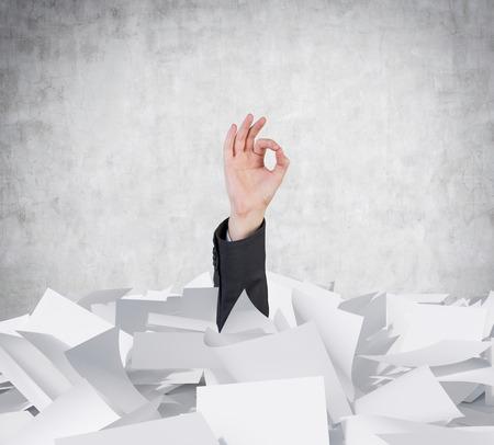 ok symbol: mano in documenti heap mostrando ok simbolo