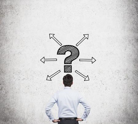 punto interrogativo: uomo d'affari con il disegno punto interrogativo e frecce sopra la testa