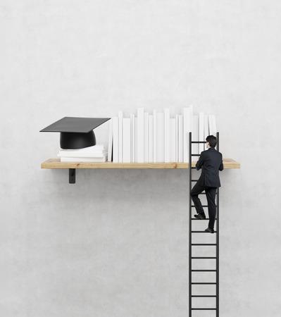 oktatás: Üzletember mászik a lépcsőn a polcon, MBA koncepció
