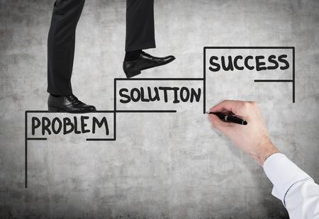 liderazgo empresarial: empresario caminando en las escaleras de dibujo en la pared