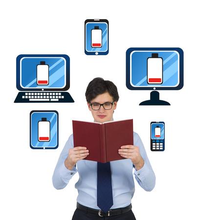 computer netzwerk: Gesch�ftsmann h�lt mit Computer-Netzwerk-System Buch Lizenzfreie Bilder
