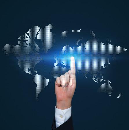 mapa mundi: empujando virtual mapa del mundo sobre fondo azul mano Foto de archivo