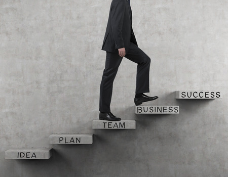 escalera: empresario caminando en las escaleras con texto de negocios de dibujo Foto de archivo