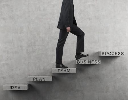 zakenman lopen op de trap met tekening zakelijke tekst Stockfoto