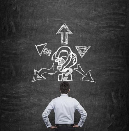 signo de interrogaci�n: el pensamiento de negocios con flechas de dibujo y signo de interrogaci�n sobre la cabeza Foto de archivo
