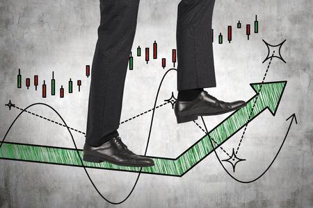 fondos negocios: empresario caminando sobre la flecha verde