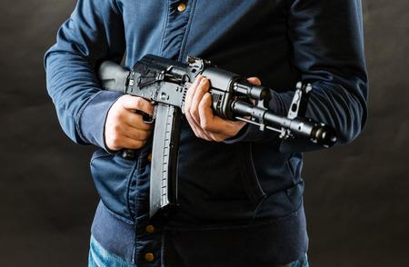 terrorist die een geweer geïsoleerd op een zwarte achtergrond