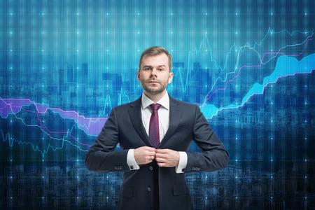 agente comercial: Empresario comerciante de pie sobre la pantalla del mercado de valores Foto de archivo