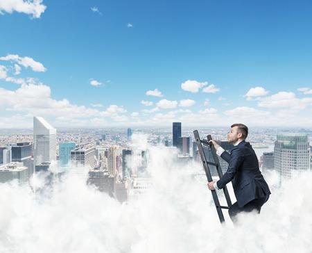 competencias laborales: El hombre de negocios está subiendo la escalera del éxito. Nueva York fondo Foto de archivo