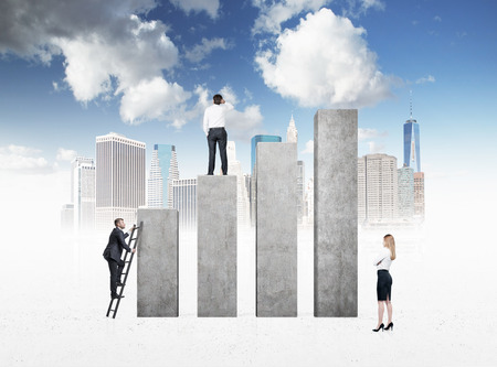 scaling ladder: Business people are looking for success. New York city background