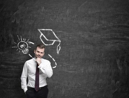 educacion: El hombre joven est� pensando en la educaci�n superior,
