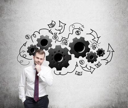 proceso: Joven empresario está pensando en la optimización de los procesos de negocio.