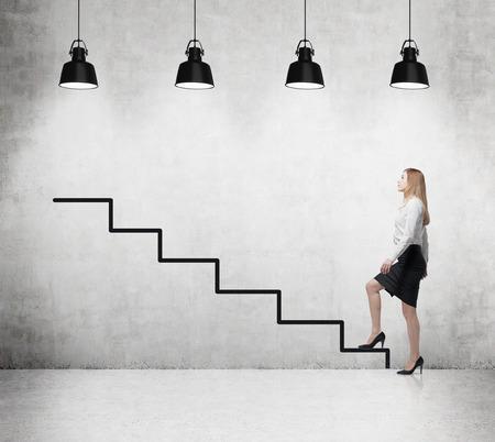 subiendo escaleras: Mujer joven est� subiendo a la escala de la carrera