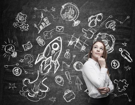 Junge Frau ist über die zukünftige Bildungsmöglichkeiten zu denken
